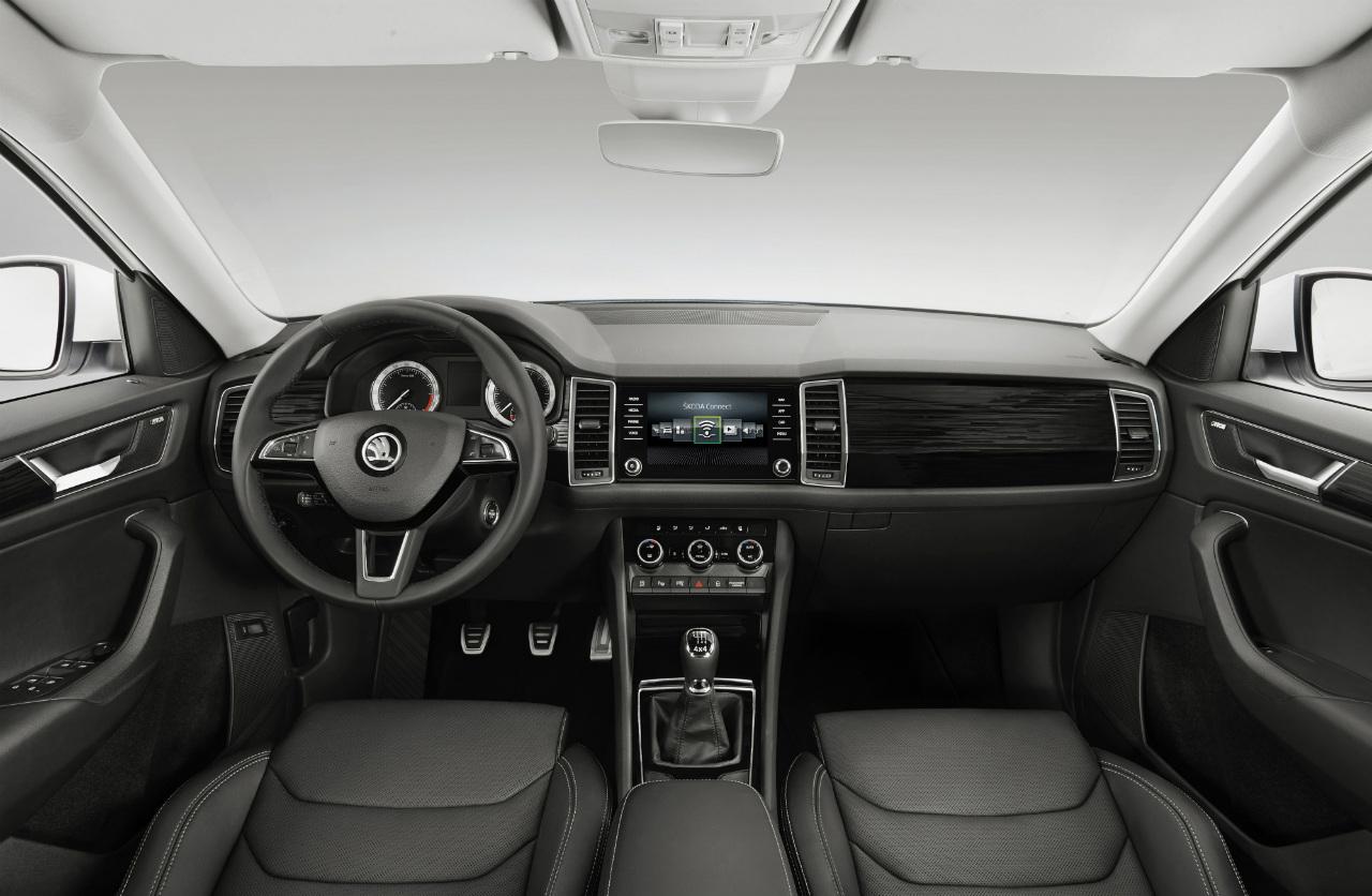 Interiér se vyznačuje výraznými vertikálními prvky, jako jsou například čtyři velké otvory pro přívod vzduchu. Velký displej rozděluje palubní desku na dvě rovnocenné zóny, určené pro řidiče a spolujezdce.